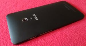 Asus ZenFone 5 auf rotem Grund