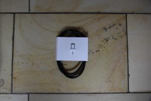 Das mitgelieferte Micro-USB Kabel und das Öffnungs-Tool.
